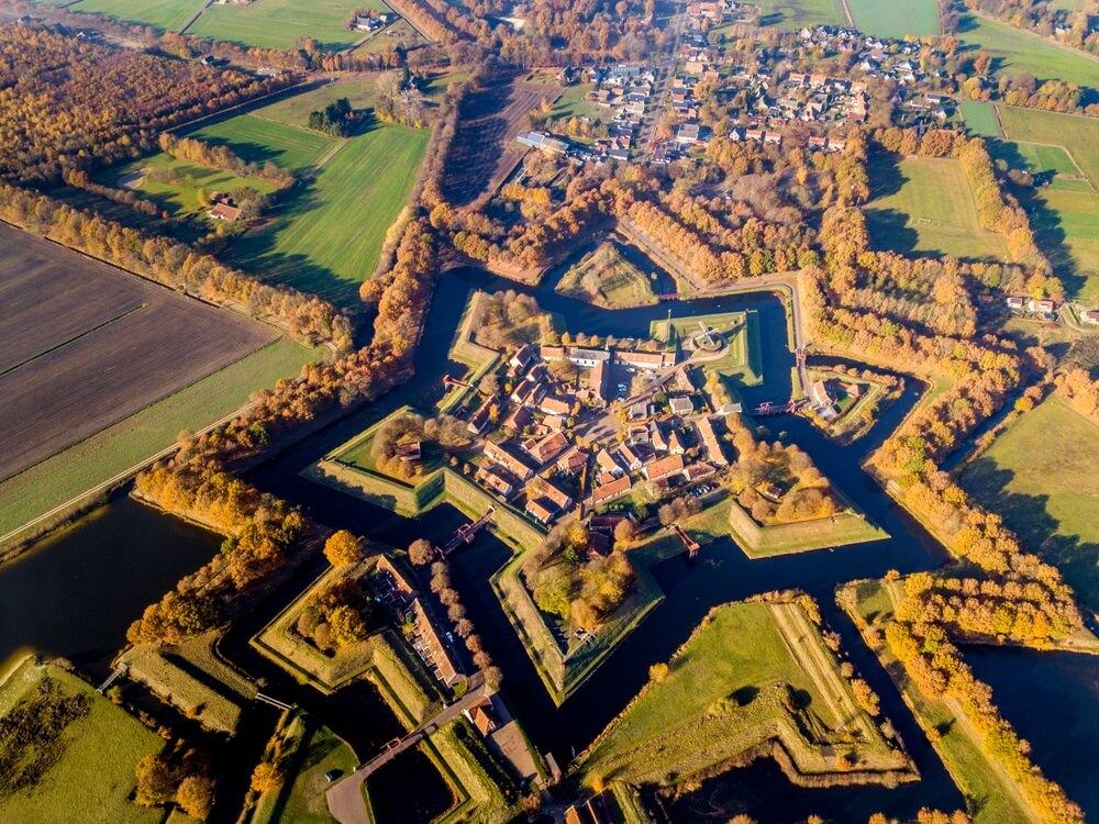 Luchtfoto van het vestingstadje Bourtange. Dit is een historisch stervormig fort in de provincie Groningen van bovenaf gezien in herfstkleuren