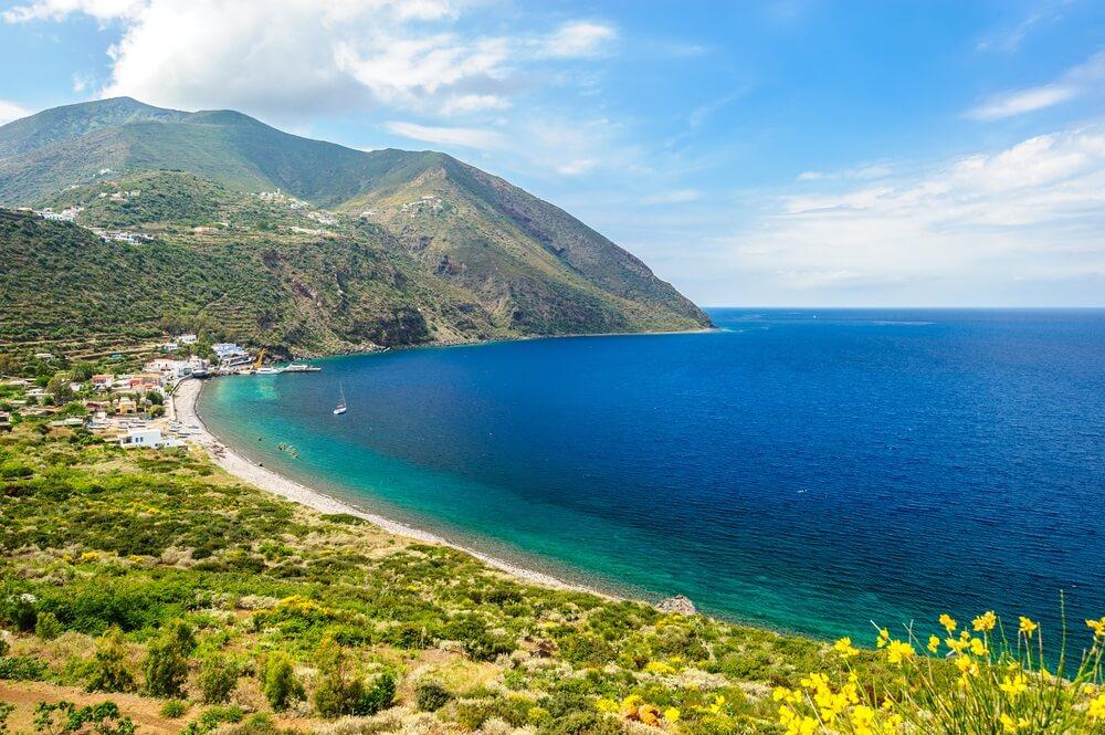 Een geweldig uitzicht op het eiland Filicudi, Eolische eilanden, Sicilië, Italië.