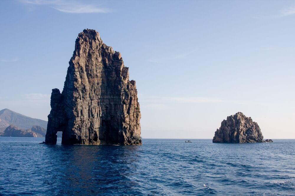 Rotsstapels die uit de zee steken nabij het eiland Filicudi, Eolische eilanden, Messina, Sicilië, Italië.