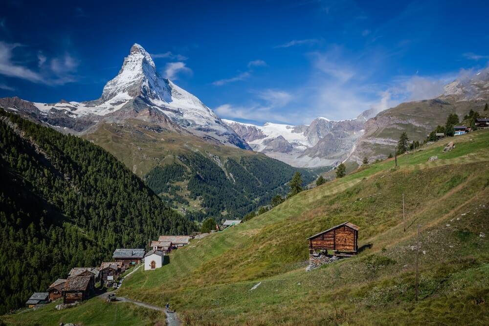 De gehuchten van Findeln en de noordoostkant van de berg Matterhorn.
