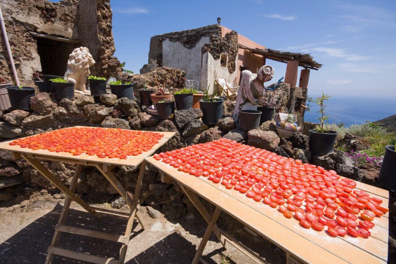 Tomaten die in de zon zijn gedroogd op het eiland Filicudi, Eolische eilanden, Messina, Sicilië, Italië.