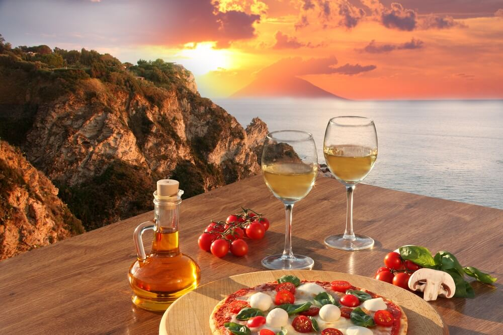 Fantastische kust van Italië met klassieke Italiaanse pizza en glazen wijn in Italië.