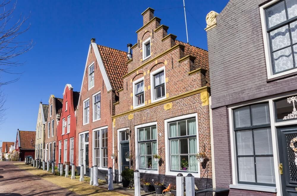 Trapgevel op een historisch huis in Harlingen, Nederland.