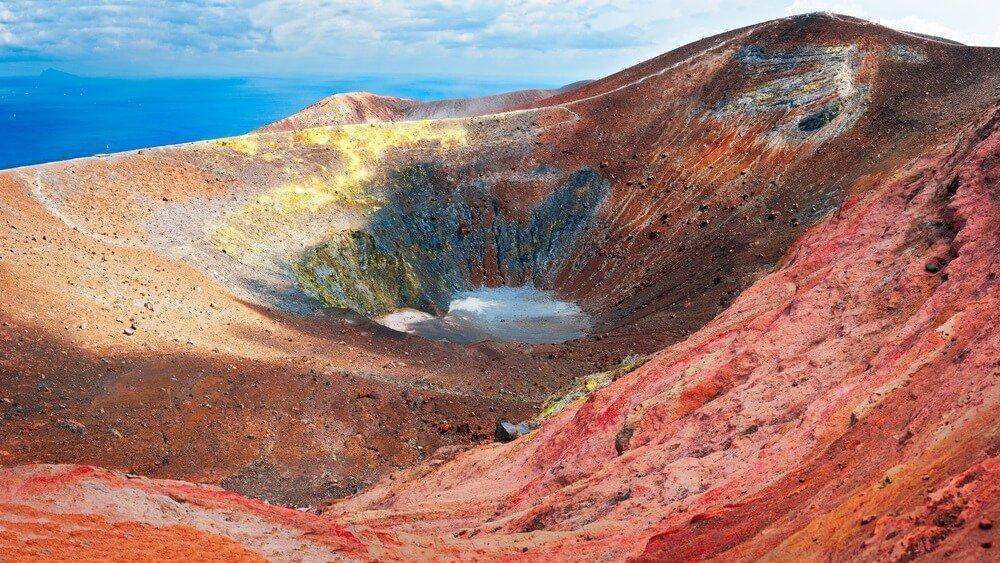Geweldige krater van vulkaan in Vulcano Island, levendig en kleurrijk, Sicilië - Italië.