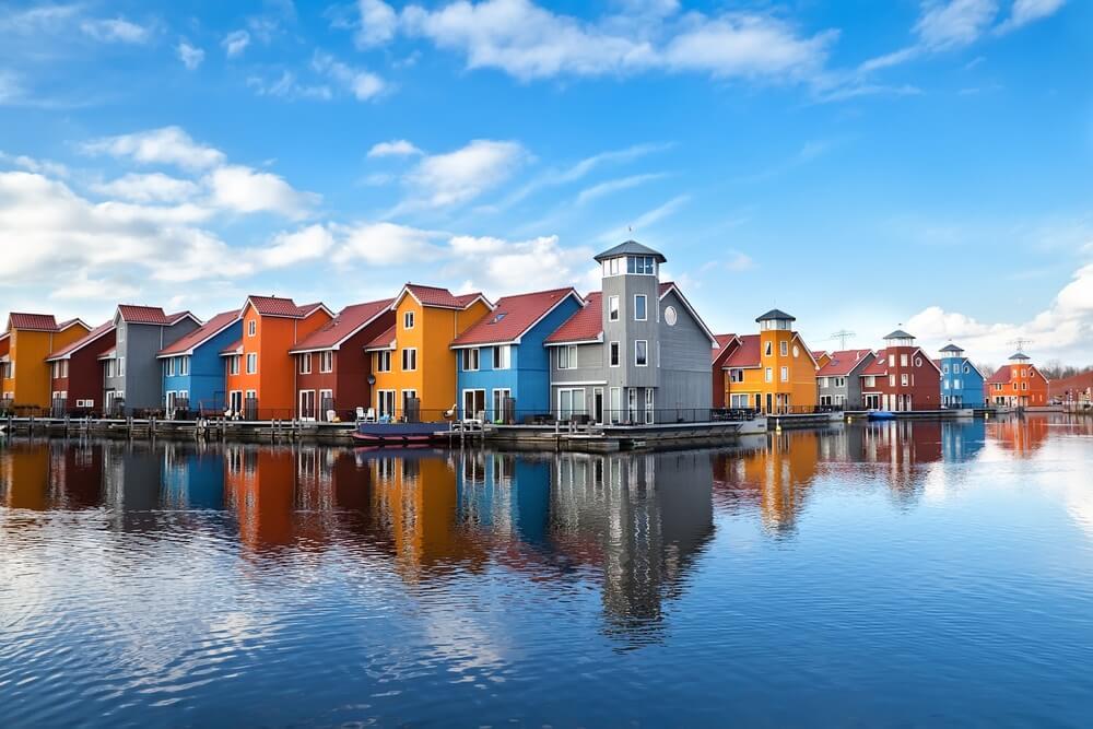 Reitdiephaven - kleurrijke gebouwen aan het water in Groningen, Nederland.