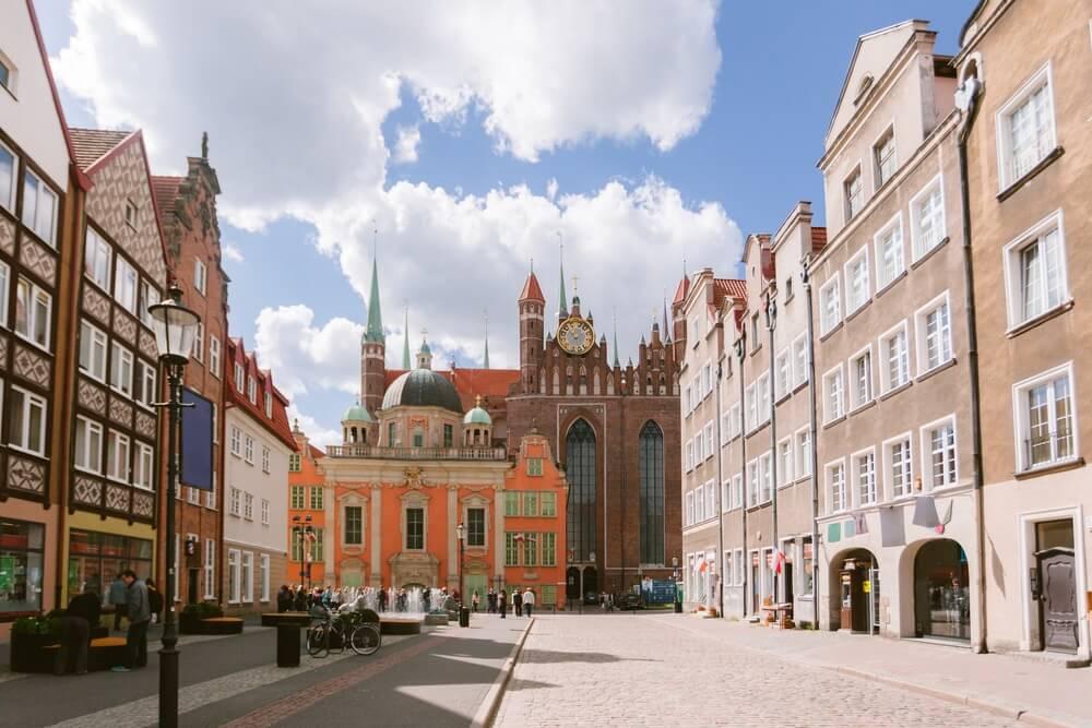 Gdansk is het grootste havenhistorische toeristencentrum van Polen en Oost-Europa, met attracties - fonteinen in de straten en pleinen.