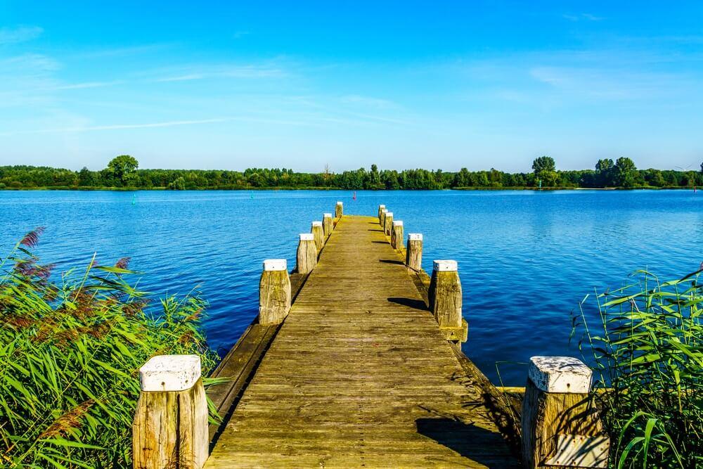 Houten aanlegsteiger aan de rand van het Veluwemeer in Nederland.