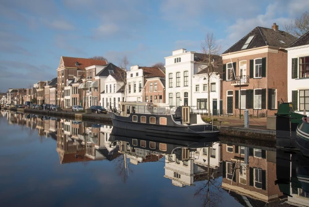Historische schepen langs de gracht in het centrum van Assen. Holland.