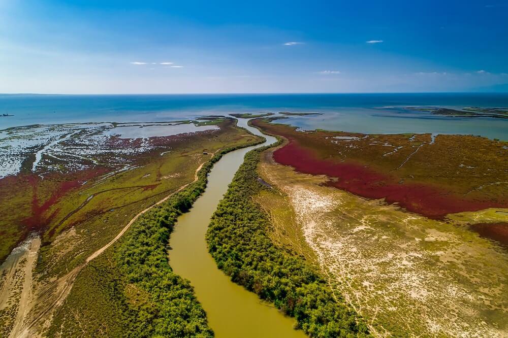 Luchtfoto van de delta van de rivier Axios, in Noord-Griekenland.