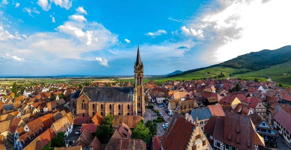 Luchtfoto drone panoramisch uitzicht op dorp Dambach-la-Ville in de Elzas.