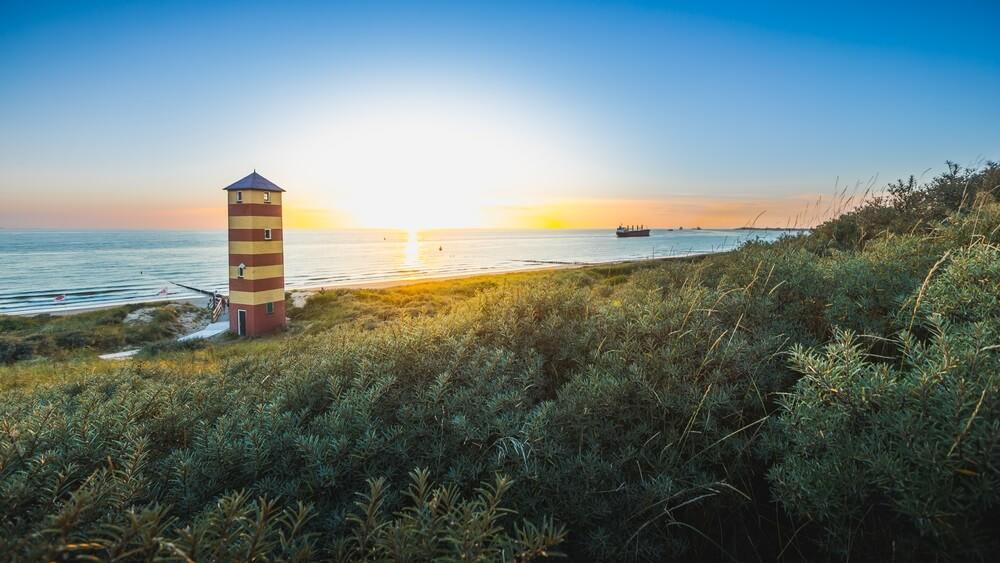 De idyllische vuurtoren op het strand van Dishoek