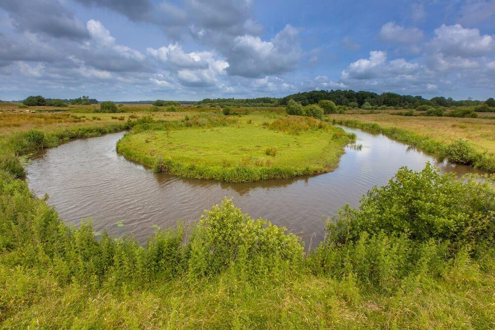 Kronkelende meanderende laagland rivier de Drentse Aa in een Nationaal Park in Nederland
