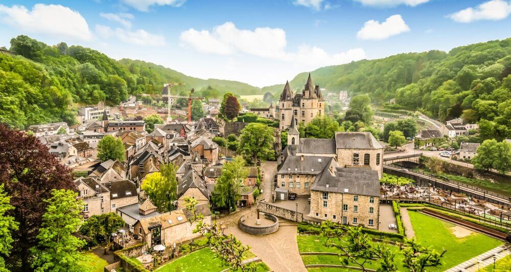 Panoramisch landschap van Durbuy, België. Kleinste stad ter wereld.