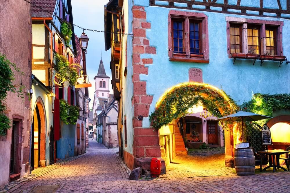 Het oude centrum van Riquewihr bij schemering, Elzas, Frankrijk.