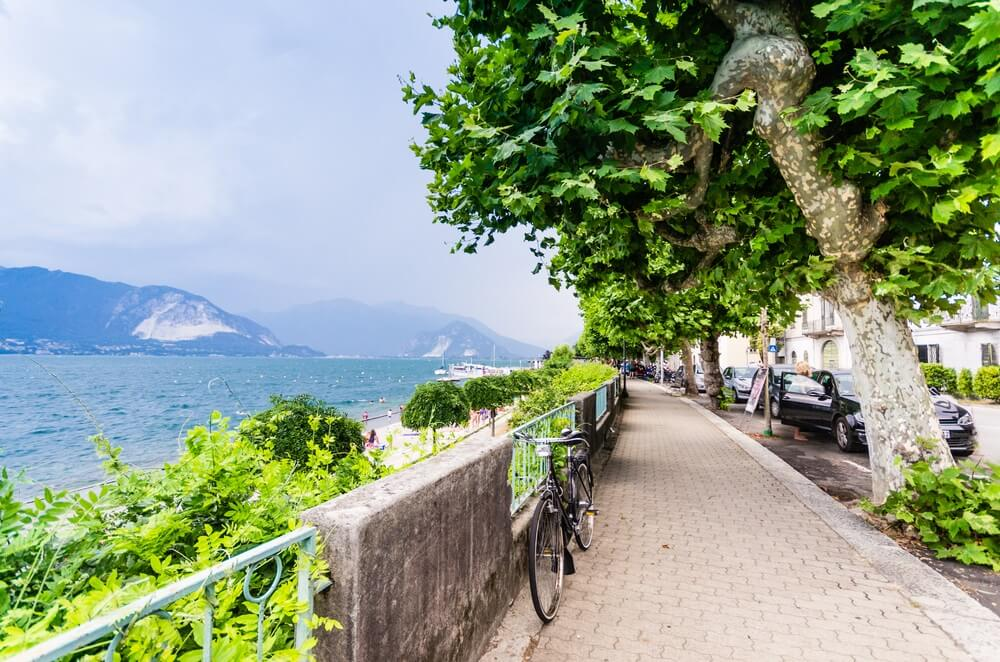 Uitzicht op het Ortameer en de promenade op zomerdag, Italië.