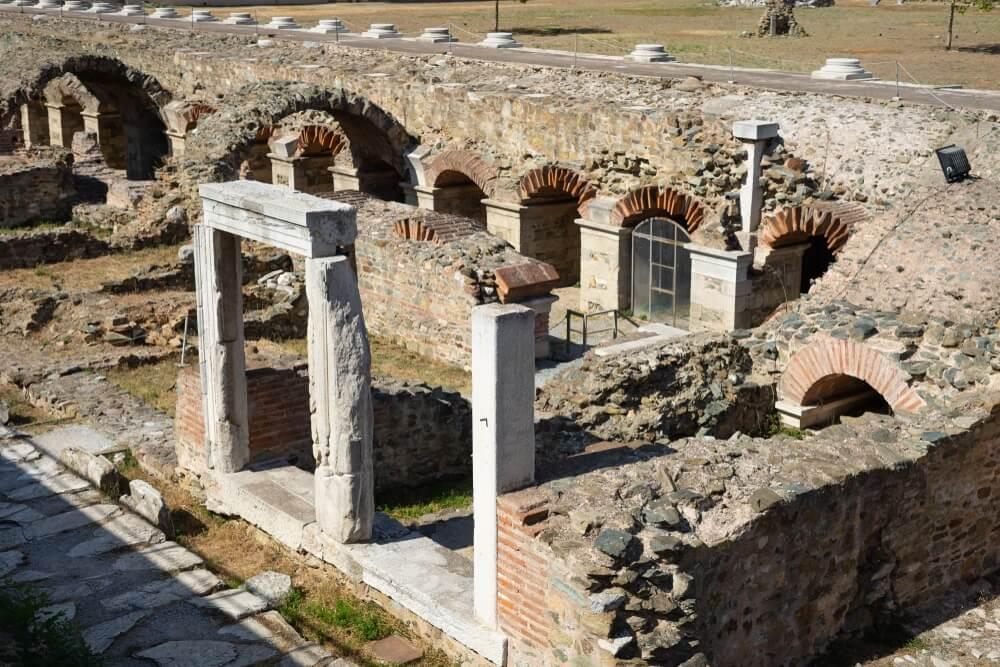 Oude ruïnes van roman forum Oude Agora in Thessaloniki in de archeologische vindplaats van de zonnige dagtoerist.