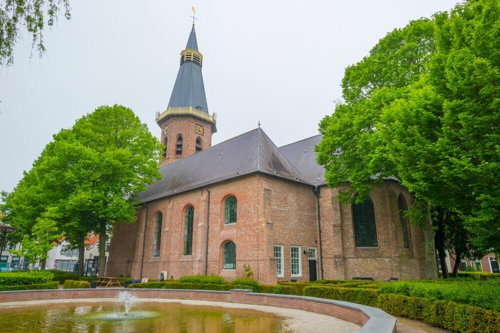 Historische kerk in het dorp Groede in Zeeuws-Vlaanderen