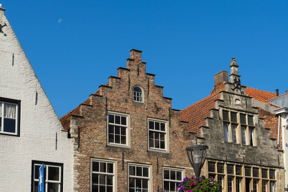 Trapgevelhuizen tegen blauwe hemel in vestingstad Hulst, Nederland