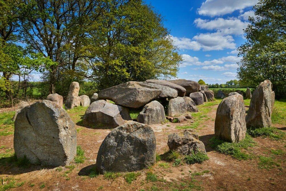 Prehistorische 'Hunebedden' (Hunebedden) van 5000 jaar geleden in de provincie 'Drenthe', Nederland. Deze is nummer D50 nabij het dorp 'Noord-Sleen'.