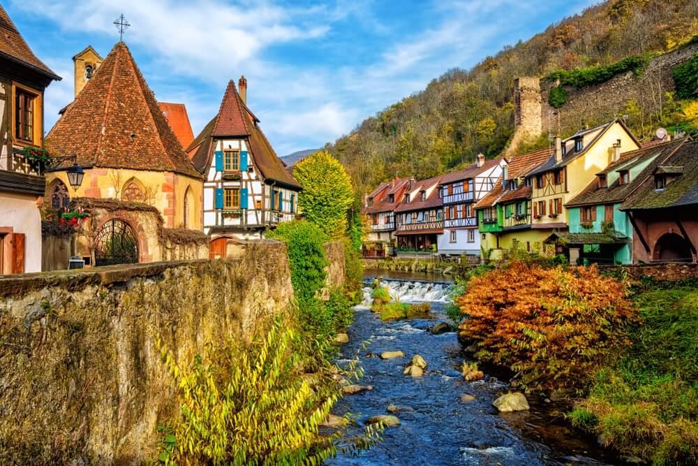 Traditionele kleurrijke huizen in Kaysersberg, Elzas, een van de mooiste dorpen van Frankrijk.
