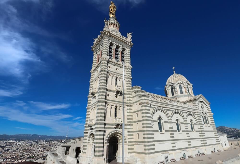 De beroemde historische kerk Notre Dame de la Garde van Marseille in Zuid-Frankrijk.