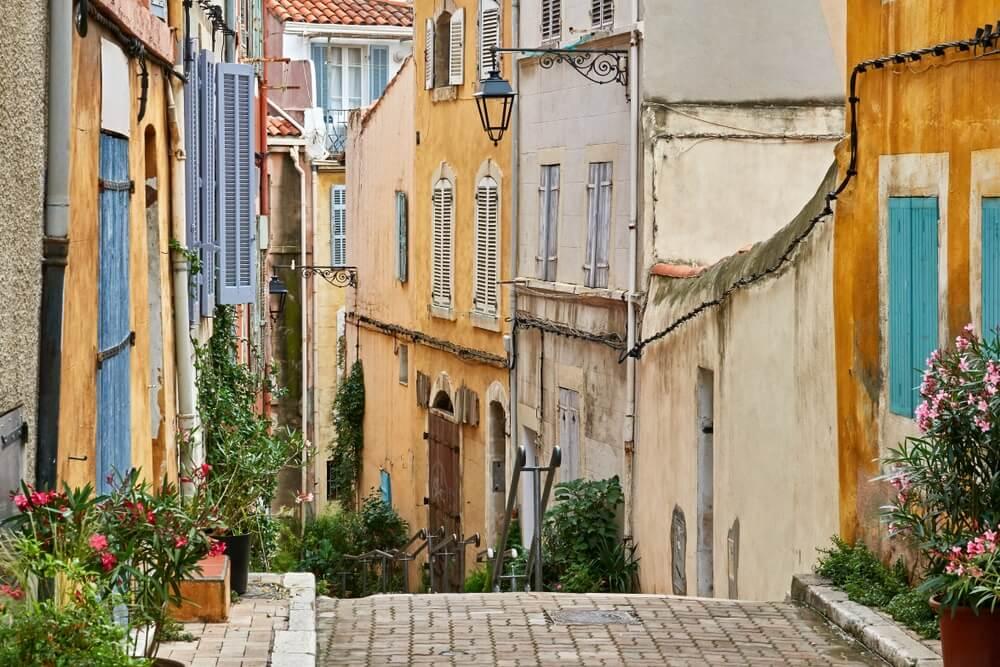 """Typisch uitzicht op de oude wijk """"Panier"""" van Marseille in Zuid-Frankrijk."""
