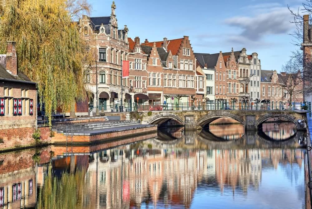 Oude gebouwen, kanaal en brug in Lier, Vlaanderen, België.