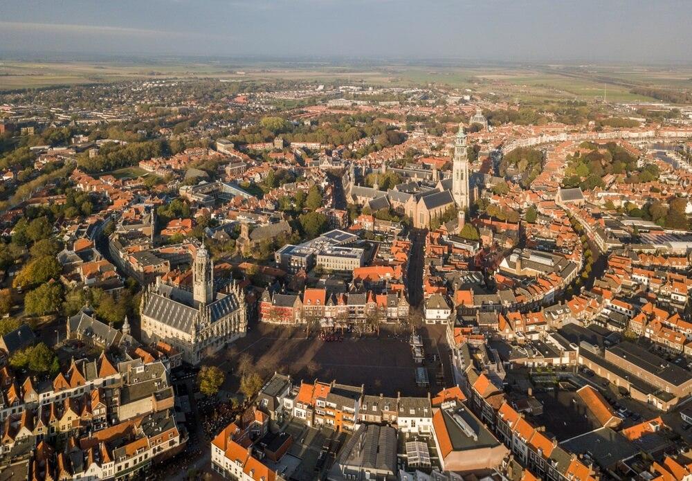Luchtfoto van het oude stadscentrum van Middelburg.
