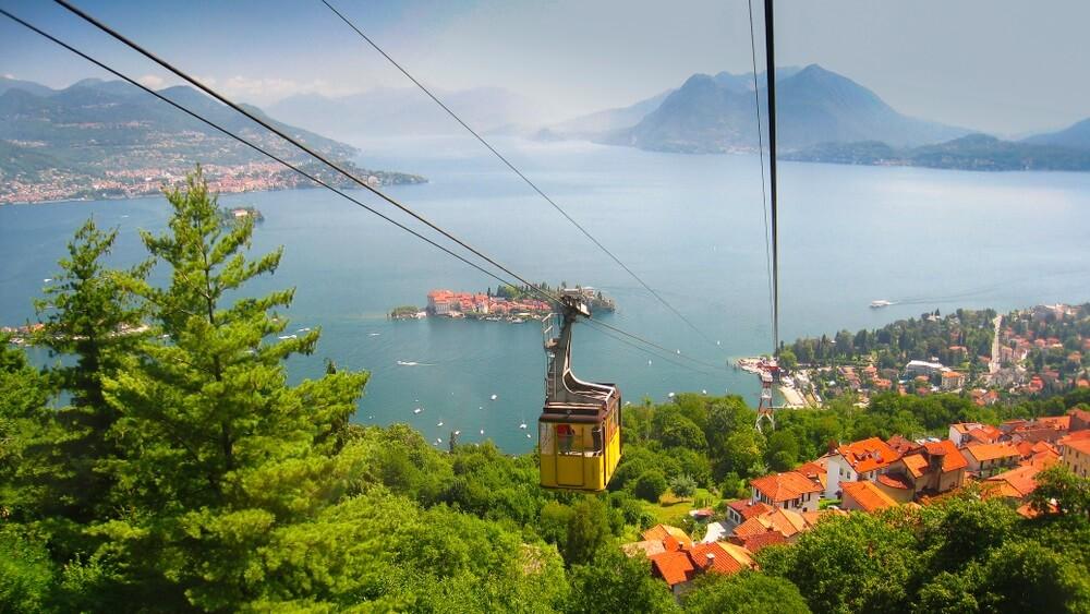Kabelbaan bergafwaarts vanaf de top van de berg Mottarone, Stresa, Italië.