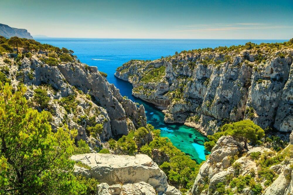 Adembenemend uitkijkpunt op de kliffen, baai Calanques D'En Vau, Nationaal Park Calanques bij het vissersdorp Cassis, Provence, Zuid-Frankrijk, Europa.