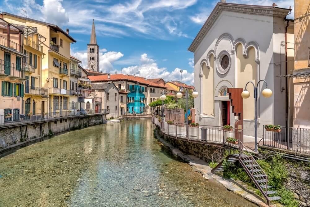 Uitzicht op het Heilig Hart Oratorium op het kanaal en de Sant Ambrogio-kerk in het historische centrum van Omegna, provincie Verbano-Cusio-Ossola, Piemonte, Italië.