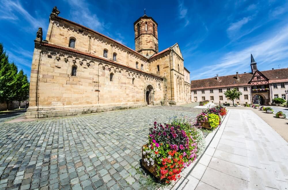 Het plein voor de prachtige Rosheimkerk.