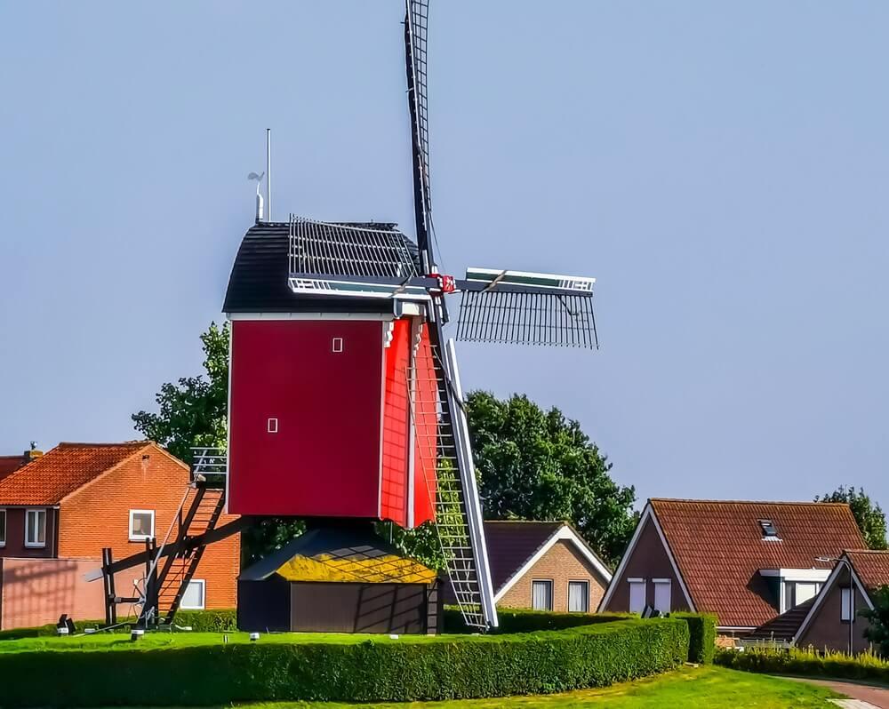 De molen van Sint Annaland met op de achtergrond het dorp, toeristisch stadje in zeeland, Nederland.