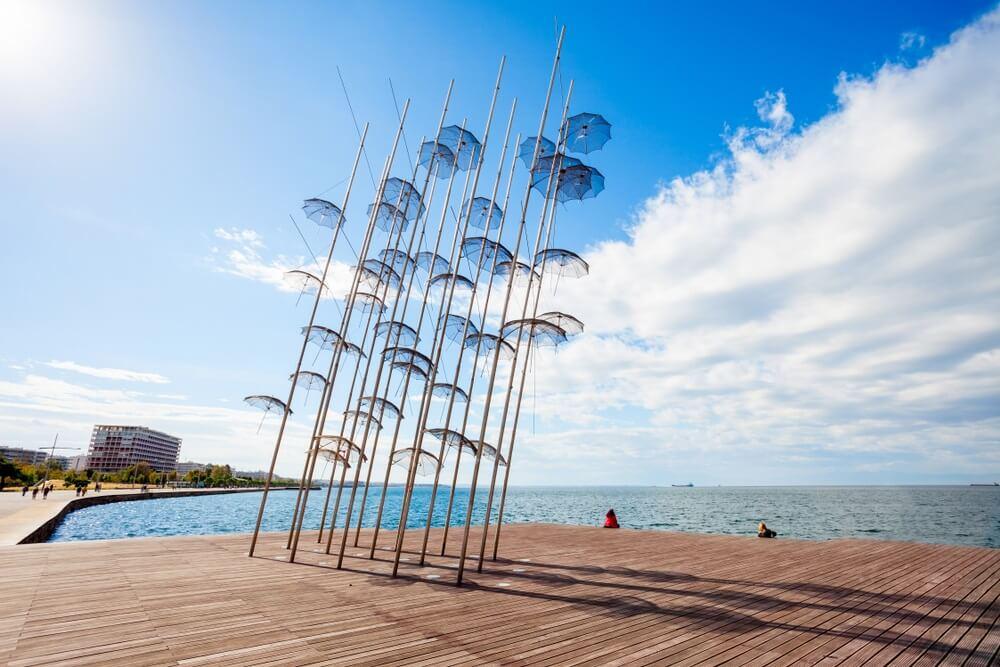 De sculptuur Umbrellas van George Zongolopoulos beDe sculptuur Umbrellas van George Zongolopoulos bevindt zich op het nieuwe strand in Thessaloniki, Griekenlandvindt zich op het nieuwe strand in Thessaloniki, Griekenland.