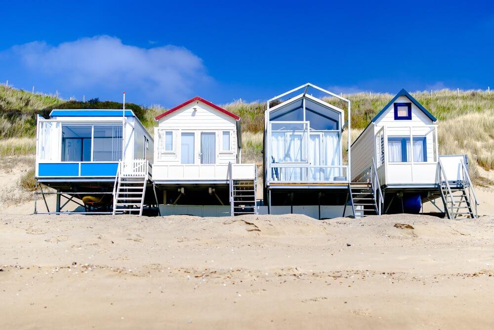 Gezellige vakantiehuizen aan de kust. Zomer concept. Vakantie verhuur. Terugtrekken. Voorjaar. Digitale detox. Natuurtherapie. Vlissingen, Nederland. Noordelijke zee.