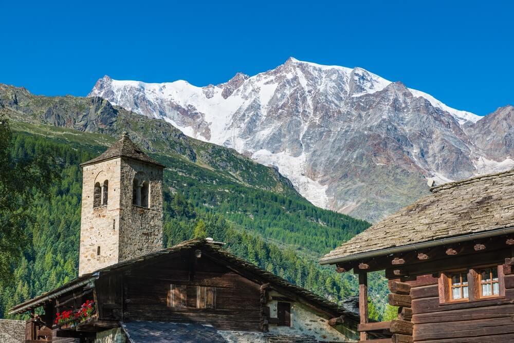 Berglandschap. De Alpen met Monte Rosa en de spectaculaire oostelijke muur van rots en ijs van het pittoreske bergdorp Macugnaga (Staffa), Anzasca Valley (Val d'Ossola), Piemonte, Italië.