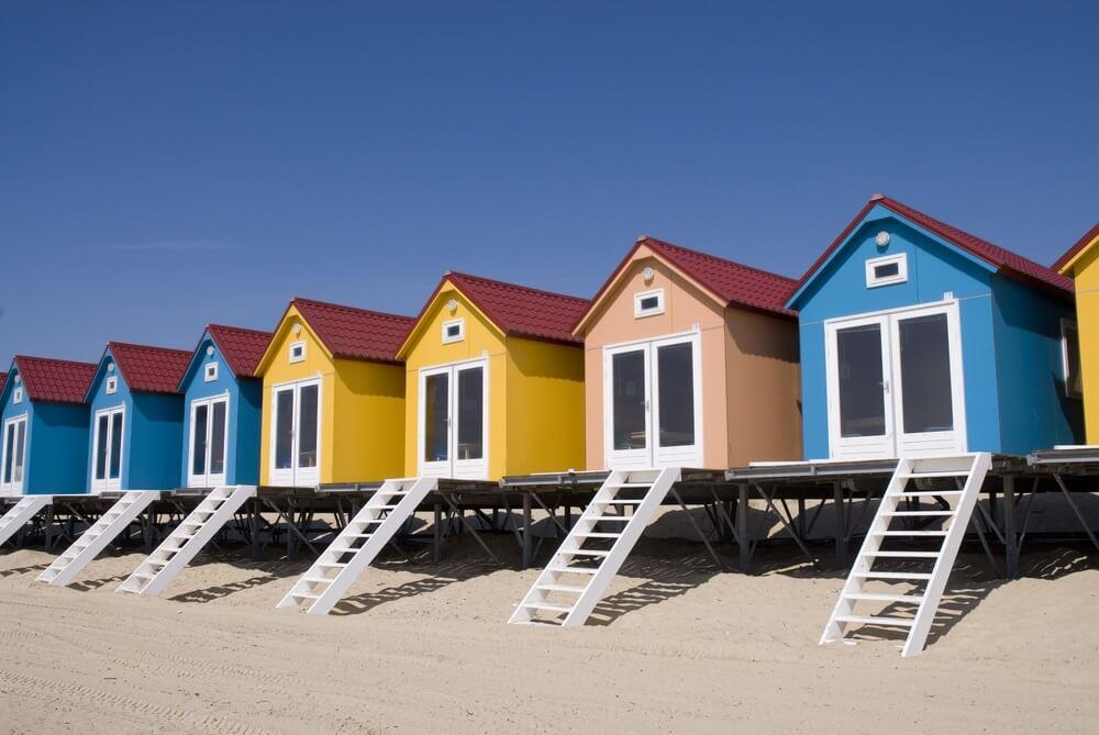 Gekleurde strandhuisjes op het Nollestrand in Vlissingen, Nederland.