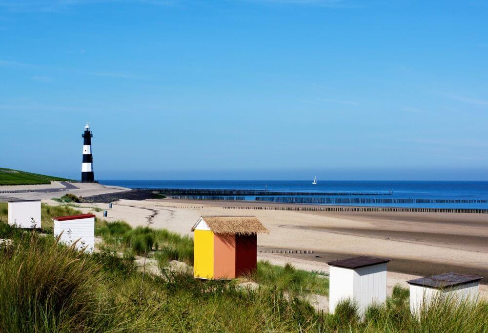 Breskens vuurtoren en landschap aan de kust van de Noordzee tegen blauwe hemel achtergrond buitenshuis. Zeeland, Nederland.