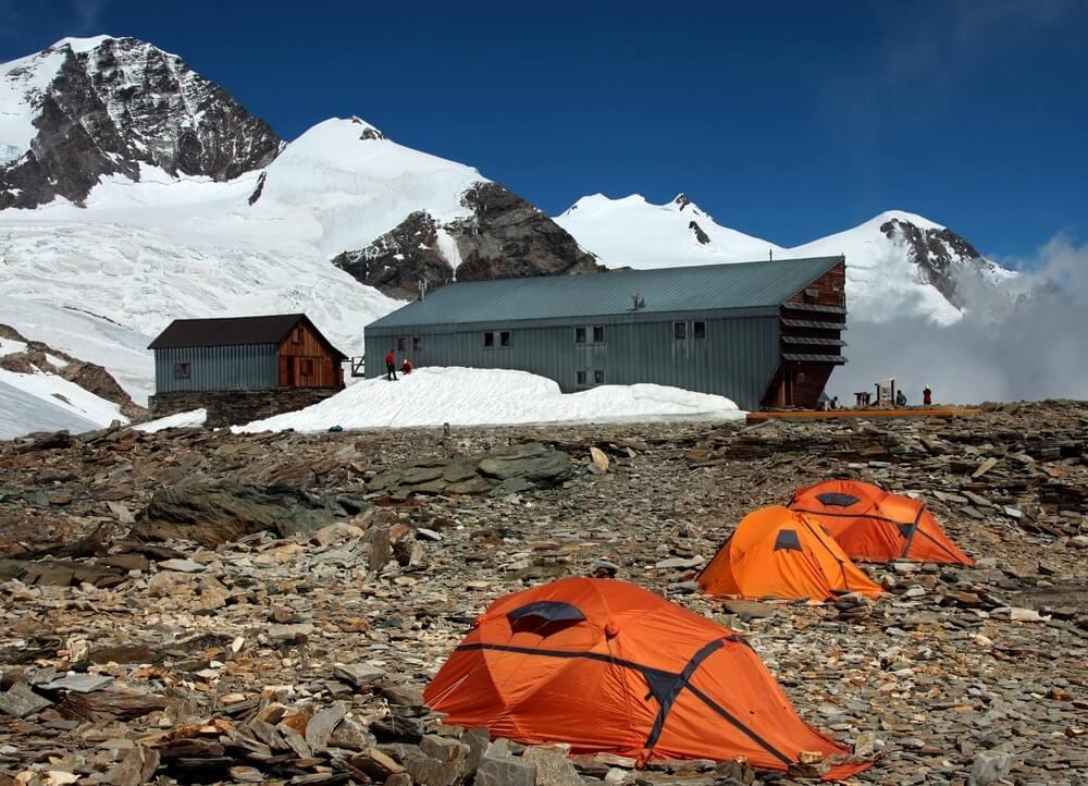 tenten en toevluchtsoord voor de gletsjer van monte rosa.