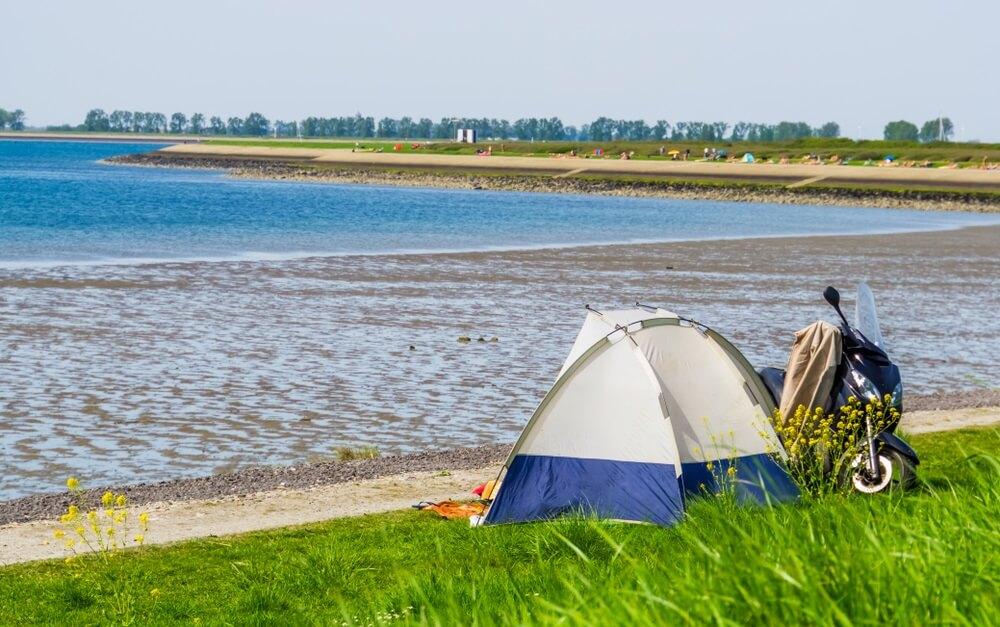 toeristisch kamperen in een tent aan het strand van Tholen, toeristisch gelegen in zeeland, Nederland.
