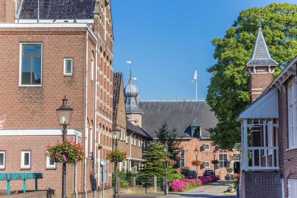 Huizen en kasteel in Coevorden, Nederland.