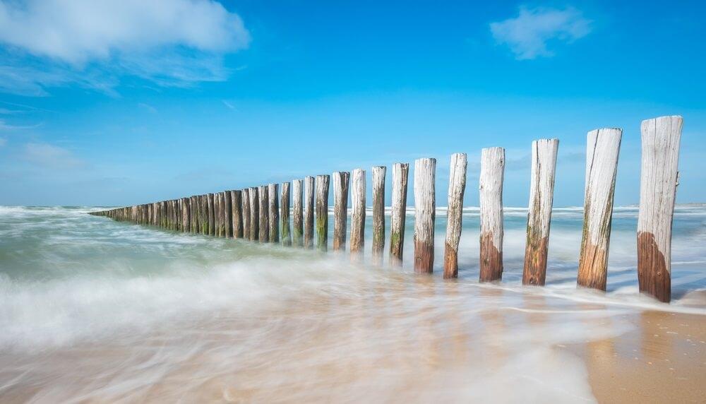 Houten palen op het strand van Domburg.