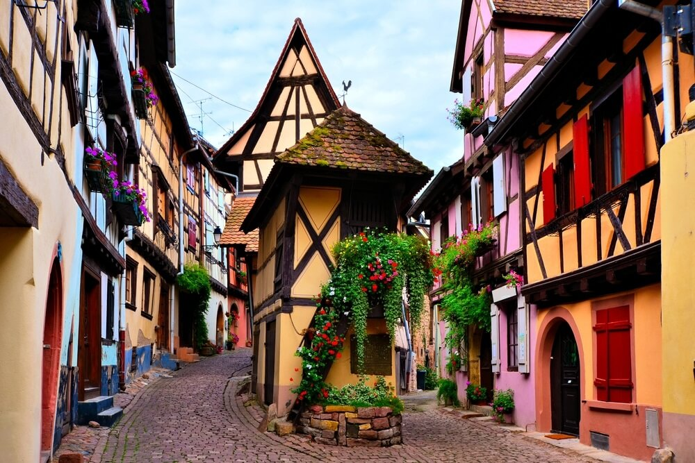 Kleurrijke vakwerkhuizen van de Elzasser stad Eguisheim, Frankrijk.
