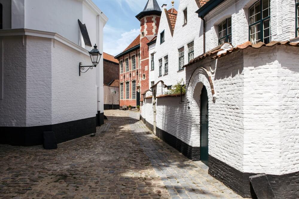 Een witte bakstenen stad gebouwd in de zeventiende eeuw. Begijnhof Sint-Elisabeth van Kortrijk. Dit Begijnhof is gelegen in het hypercentrum van Kortrijk. Courtrai, België.