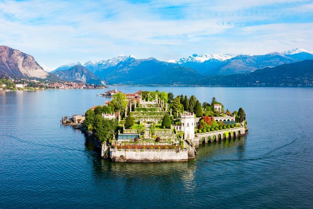Luchtfoto panoramisch uitzicht op Isola Bella en Stresa. Isola Bella is een van de Borromeïsche eilanden van Lago Maggiore in Noord-Italië.