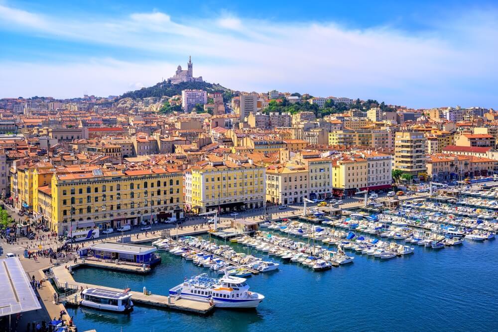 De oude Vieux Port en de Basiliek Notre Dame de la Garde in het historische centrum van Marseille, Frankrijk.