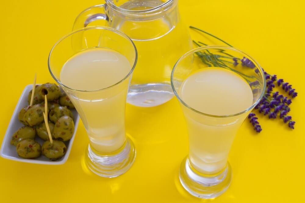 Twee glazen met Pastis, typisch drankje van Marseille, Frankrijk.