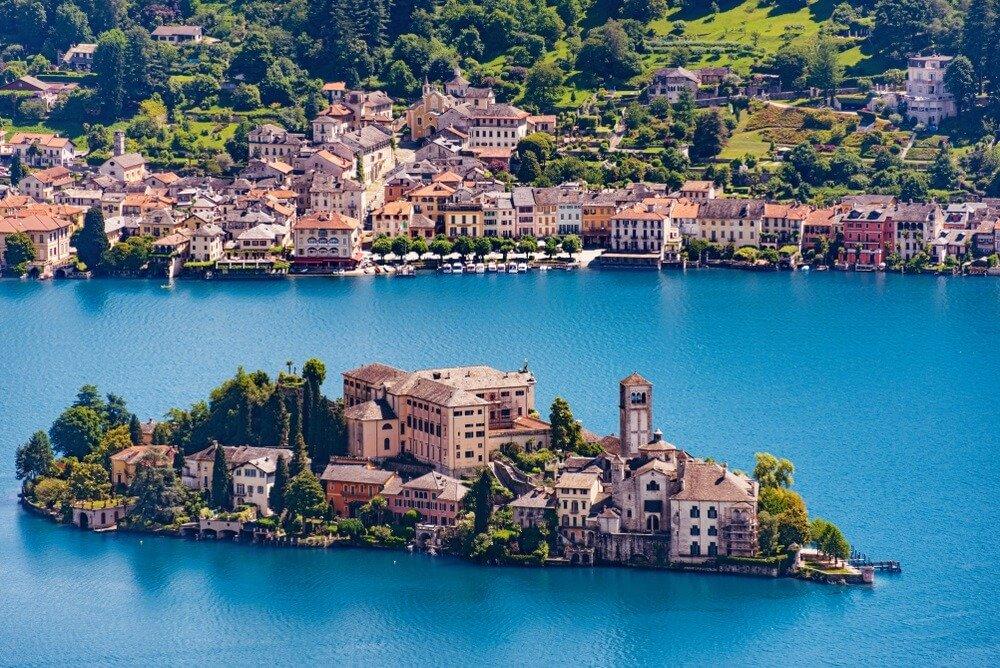 Isola San Giulio (eiland St. Julius) voor de stad Orta aan het Ortameer in de Italiaanse Alpen.