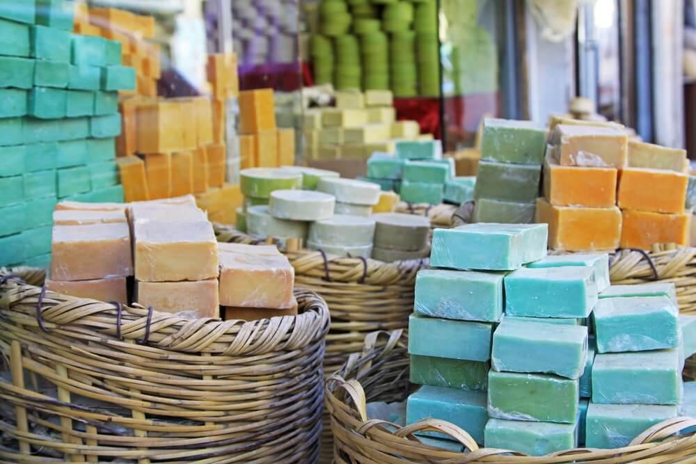 Handgemaakte zeep op de markt in het zuiden van Turkije (Midyat, Mardin).