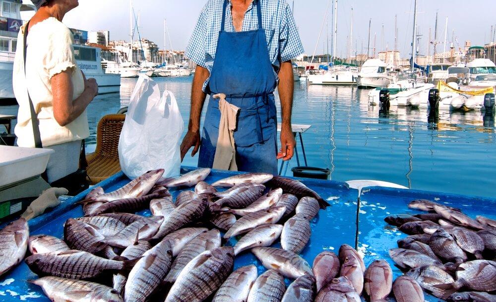 Frankrijk. Marseille. Vismarkt. Jachten. De verkoper en koper.